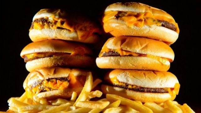 Foto de unas hamburguesas y unas papas fritas
