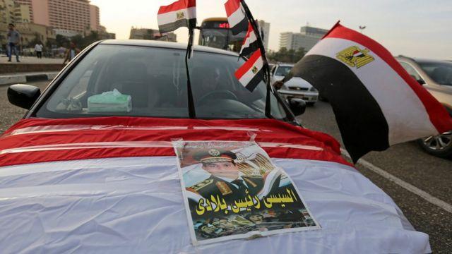 صورة أعلام مصرية فوق سيارة