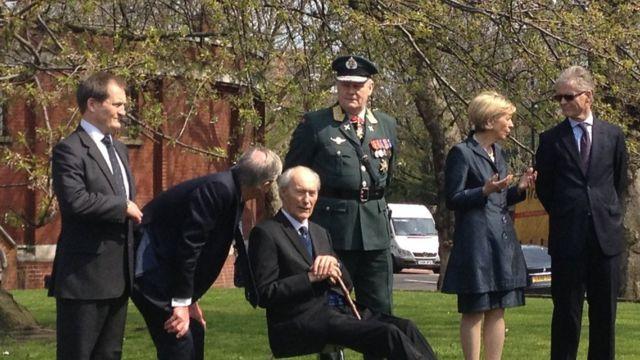 روننبرگ سال ۲۰۱۳ کنار یادمانی که در لندن به مناسبت عملیاتشان ساخته شد از دوستان و سایر مبارزان یاد کرد