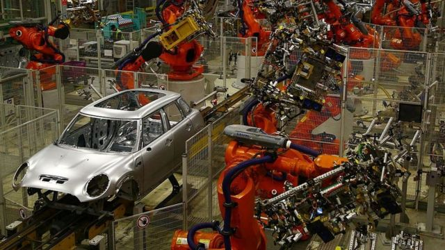 Una línea de ensamblaje robótico en la planta de producción de automóviles BMW de Oxford.
