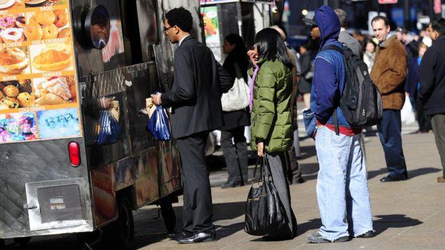 Gente haciendo fila para comprar comida en Nueva York.