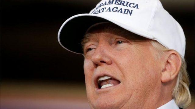 """Donald Trump con la inscripción """"Haz América grande otra vez"""" (Make America great again) en una gorra"""