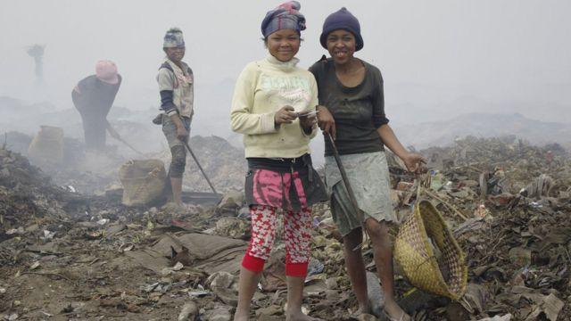 Des chiffonniers trient les déchets à Andralanitra.