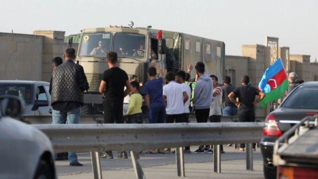 Azerbaycan'ın başkenti Bakü'de Azeriler ordu mensuplarını selamladı