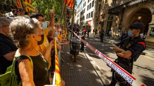 Сторонники отделения Каталонии у здания оперы в Барселоне, где выступал с примирительноей речью премьер-министр Испании
