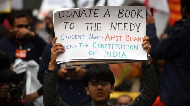 जगह- दिल्ली: ''ज़रूरतमंद को किताब डोनेट कीजिए. छात्र का नाम- अमित शाह, किताब- भारत का संविधान''