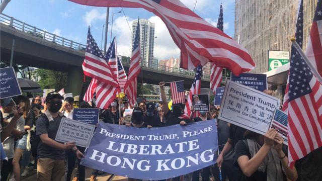 手持美国旗的示威者望特朗普帮助香港。