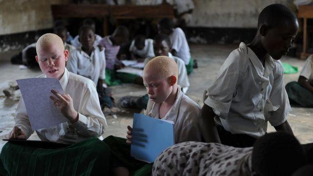 دو کودک زال در کلاس درس