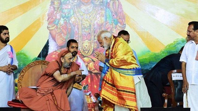 શંકર ભારતી સ્વામીજીના આશીર્વાદ લેતા પીએમ મોદી