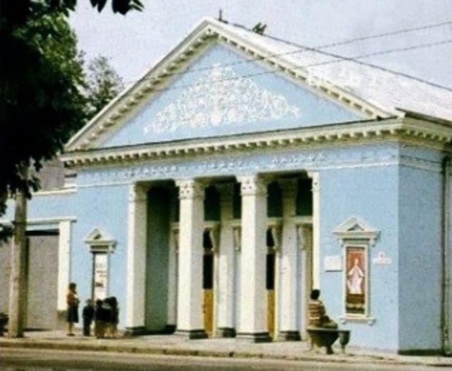 В цьому будинку після ІІ світової війни працював Волинський обласний музично-драматичний театр. З поштівки 1972 року