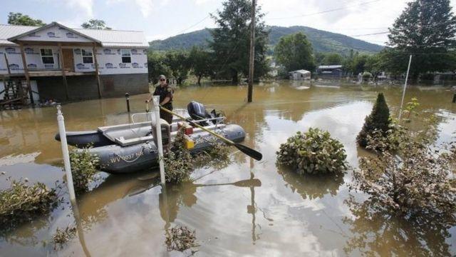 Rescatistas buscan sobrevivientes en las calles de Virginia Occidental.