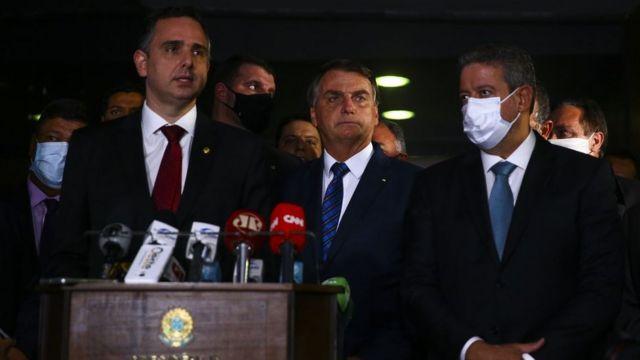Jair Bolsonaro e os presidentes do Senado e da Câmara, Rodrigo Pacheco e Arthur Lira, na entrega da MP de privatização da Eletrobras ao Congresso, em fevereiro deste ano