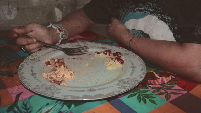 Abigail comiendo huevo, frijoles y arroz. (Foto: Leire Ventas / Arte: Kako Abraham)