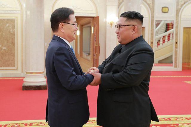 대북 특별사절단 단장인 정의용 국가안보실장이 5일 북한 노동당 본부청사에서 북한 김정은 국무위원장을 만나 악수를 나누고 있다