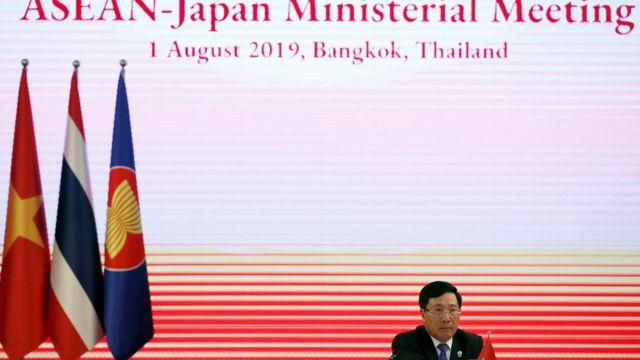 Ngoại trưởng Việt Nam Phạm Bình Minh trong cuộc họp giữa ASEAN-Nhật Bản khuôn khổ Hội nghị Ngoại trưởng ASEAN lần thứ 52 ở Bangkok, Thái Lan.