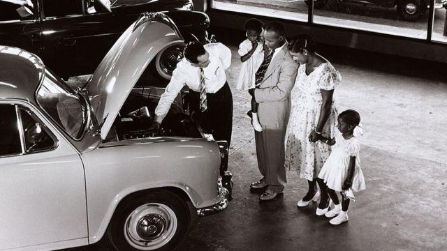 Una familia comprando un coche en 1958.
