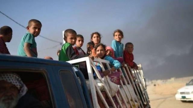 हजारो इराकी मोसूल छोड़ रहे हैं.