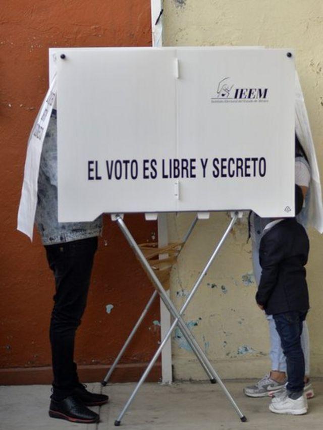 Jóvenes mexicanos que votan
