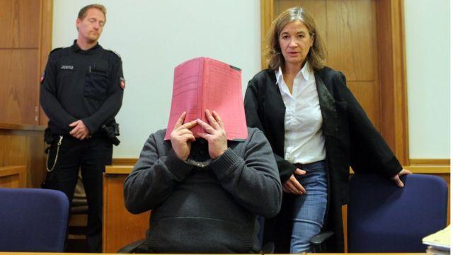Niels Högel en la corte con la cara tapada en 2014.