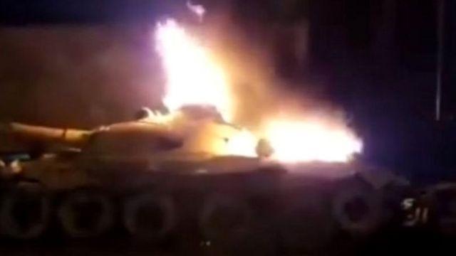 معترضان یک تانک به جا مانده از دوره جنگ با عراق را در سوسنگرد به آتش کشیدند