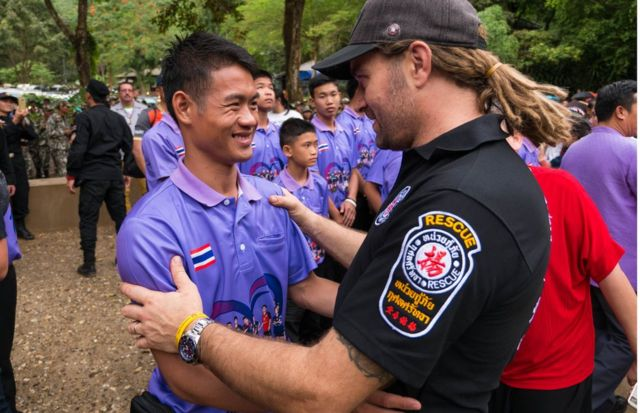 El entrenador Ekkapol Chantawong y el rescatista Mikko Paasi.