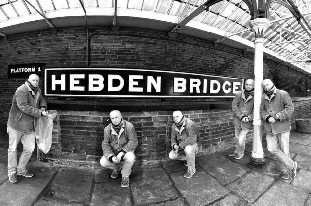 Esperando al tren Hebden Bridge.