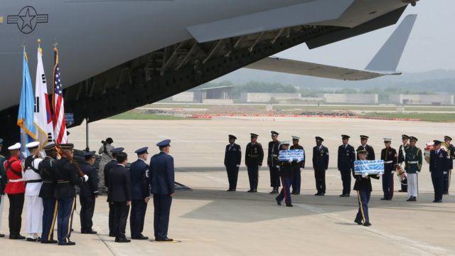 韓国の米軍基地に到着した米兵の遺骨