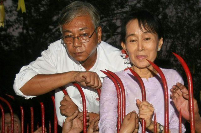 ティン・チョー氏(左)は、アウン・サン・スー・チー氏の側近。2010年11月13日にスー・チー氏が自宅軟禁が解かれた際のこの写真で、隣に写っている