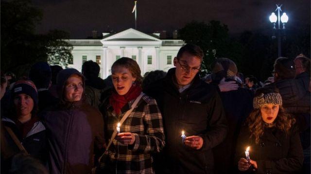 أشخاص يحملون الشموع