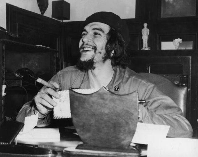 เช กูวารา นักปฏิวัติชาวอาร์เจนตินา ขณะดำรงตำแหน่งรัฐมนตรีอุตสาหกรรมของคิวบาในปี 1959