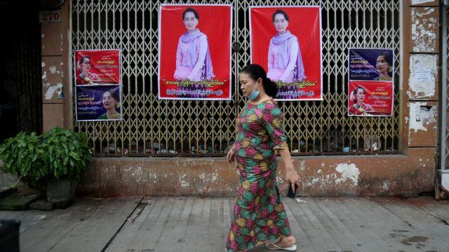 Aung San Suu Kyi posterleri Yangon sokaklarında.