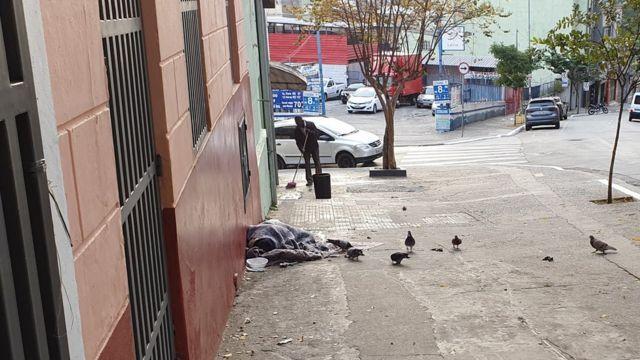 Homem dormindo em calçada na rua Tabatinguera, no centro de São Paulo