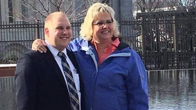 La madre de Joshua Holt, Laurie Holt, en una foto de archivo junto a su hijo.