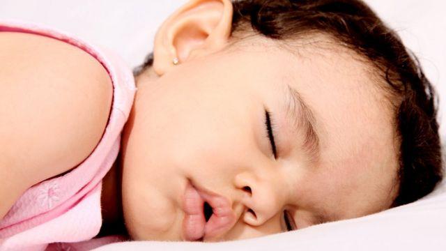 Criança dormindo com a boca aberta