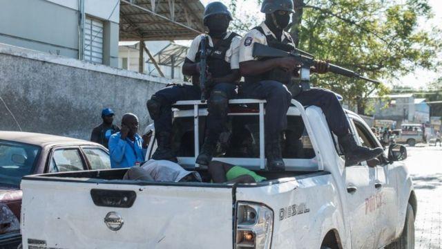 La policía con algunos prisioneros recapturados.