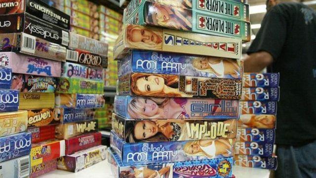 Filmes pornográficos expostos em locadora