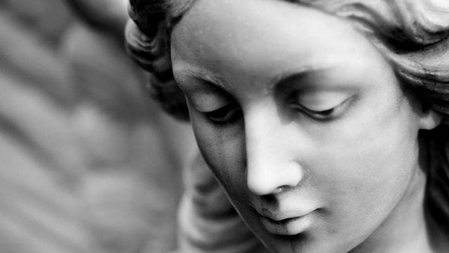 Голова грустной статуи