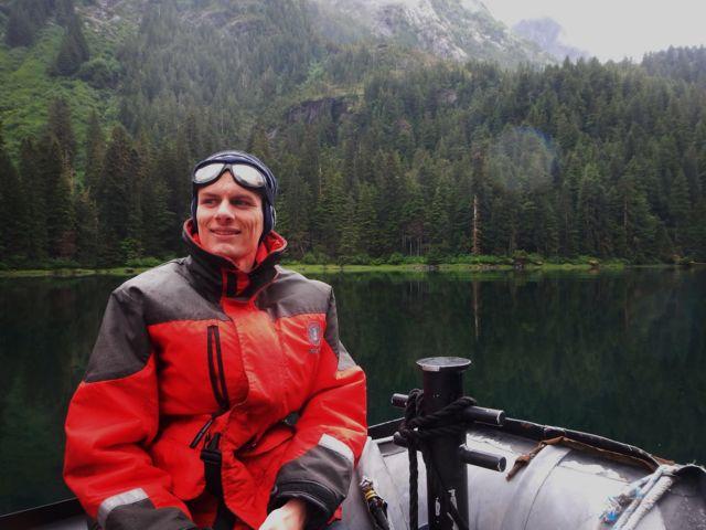 Cartógrafo húngaro Robert Szucs, dentro de barco no Alaska