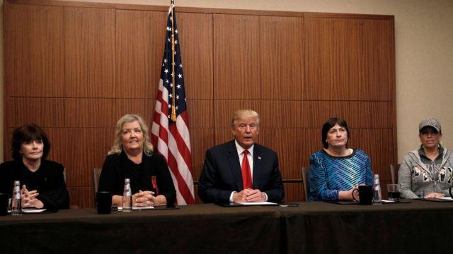 Donald Trump y cuatro supuestas víctimas de acoso por parte de Bill Clinton.