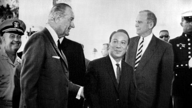 Tổng thống Mỹ Lyndon Johnson và Tổng thống Việt Nam Cộng hòa Nguyễn Văn Thiệu tại một hội nghị Mỹ - Miền Nam Việt Nam hôm 20/7/1968 ở Honolulu.