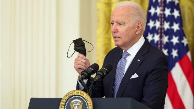 Biden fala ao microfone