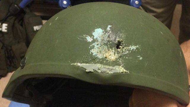 El casco que salvó al policía durante el enfrentamiento