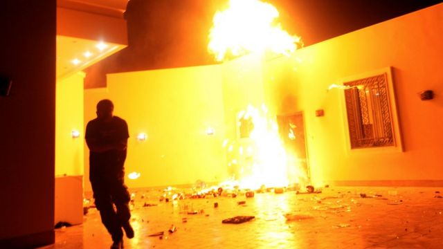 襲撃され火の手が上がったベンガジの米施設(2012年9月11日)