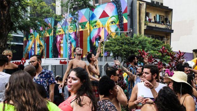 Entusiastas bailan en las calles de Sao Paulo.
