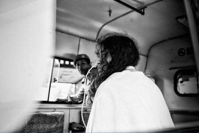 Иром Шармила на пути в суд, где раз в две недели она должна была подтверждать, что продолжает протест и голодовку. Фото сделано 13 июня 2013 года