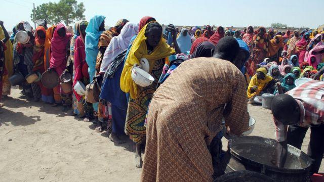 Des déplacés internes, majoritaires des femmes ayant fui les exactions de Boko Haram, font la queue pour la nourriture dans le camp de Dikwa, à Borno, dans le Nord-Est du Nigéria, le 2 février 2016.