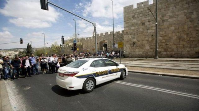 سيارة شرطة وجمهرة