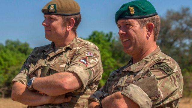 Le colonel Michael Geldard (en béret vert) suit les opérations