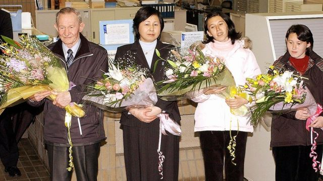 家族の再会を果たし新潟県佐渡島に到着したジェンキンスさん、曽我さん夫妻と2人の娘(2004年12月)
