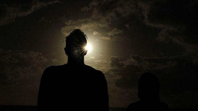 Persona mirando al sol.